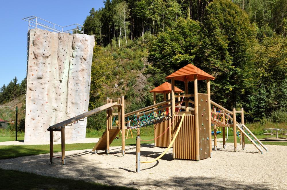 Bozeňov - dětské hřiště, v pozadí lezecká věž