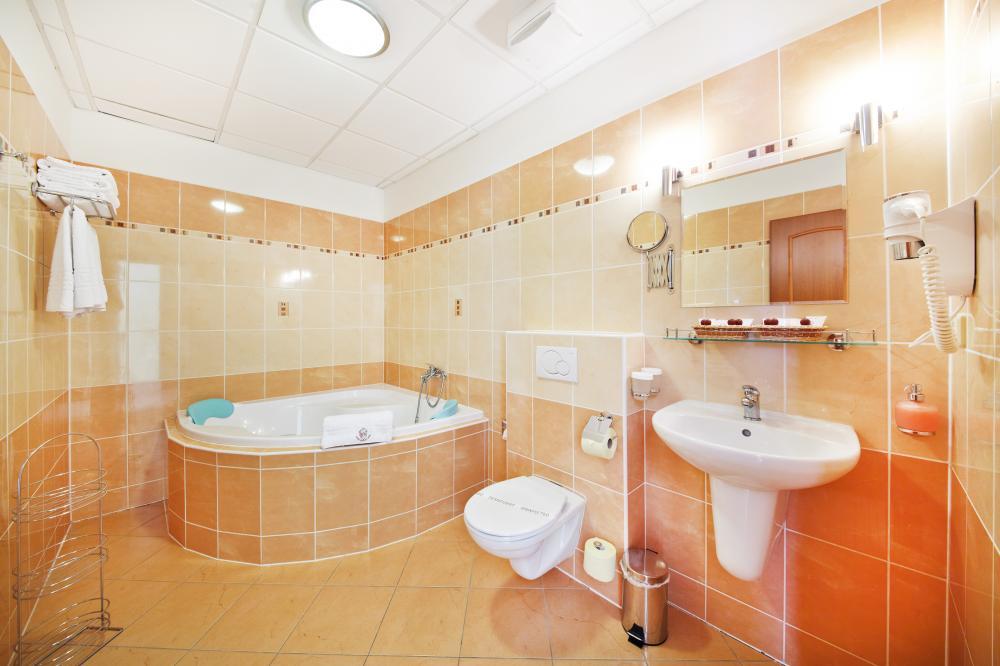 Koupelna v apartmá s rohovou vanou