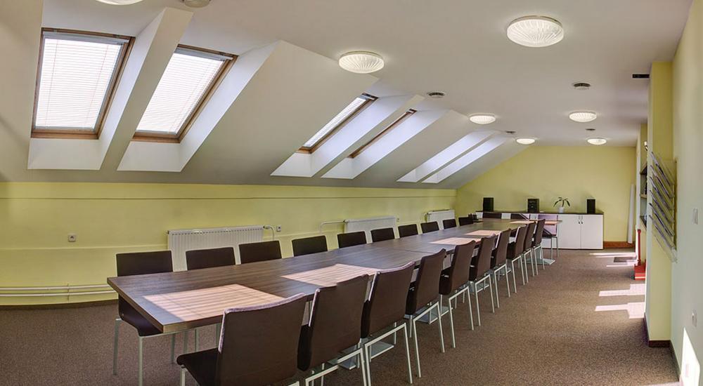 Konferenční místnost v přilehlé budově