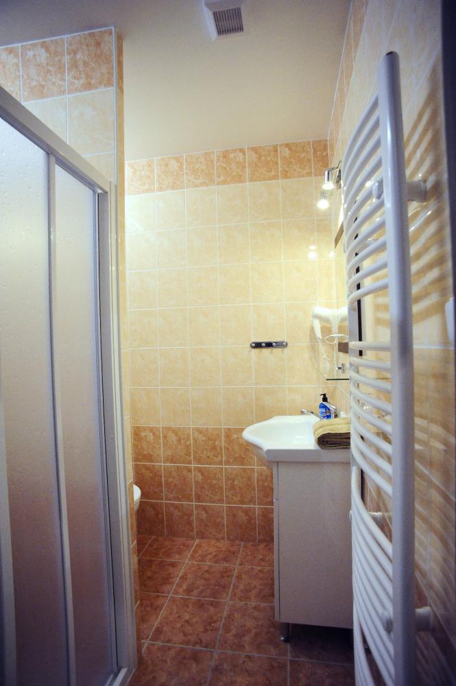 čtyřlůžkový pokoj - koupelna  a WC