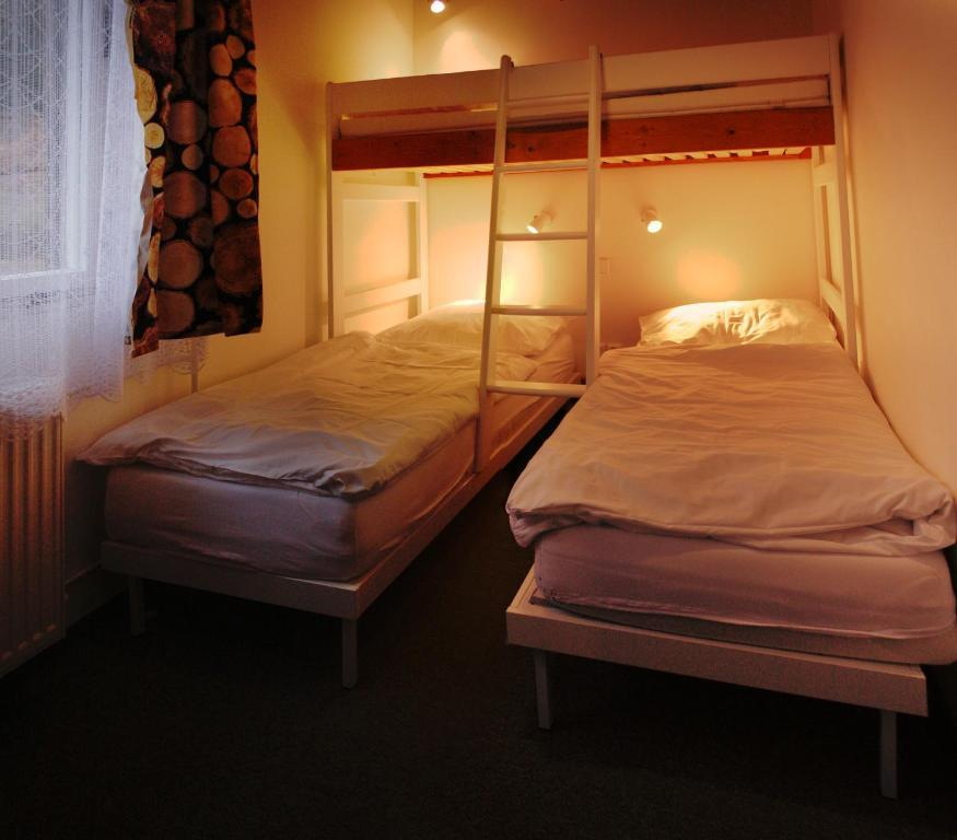 Pohodlné postele a jedno zvýšené lůžko