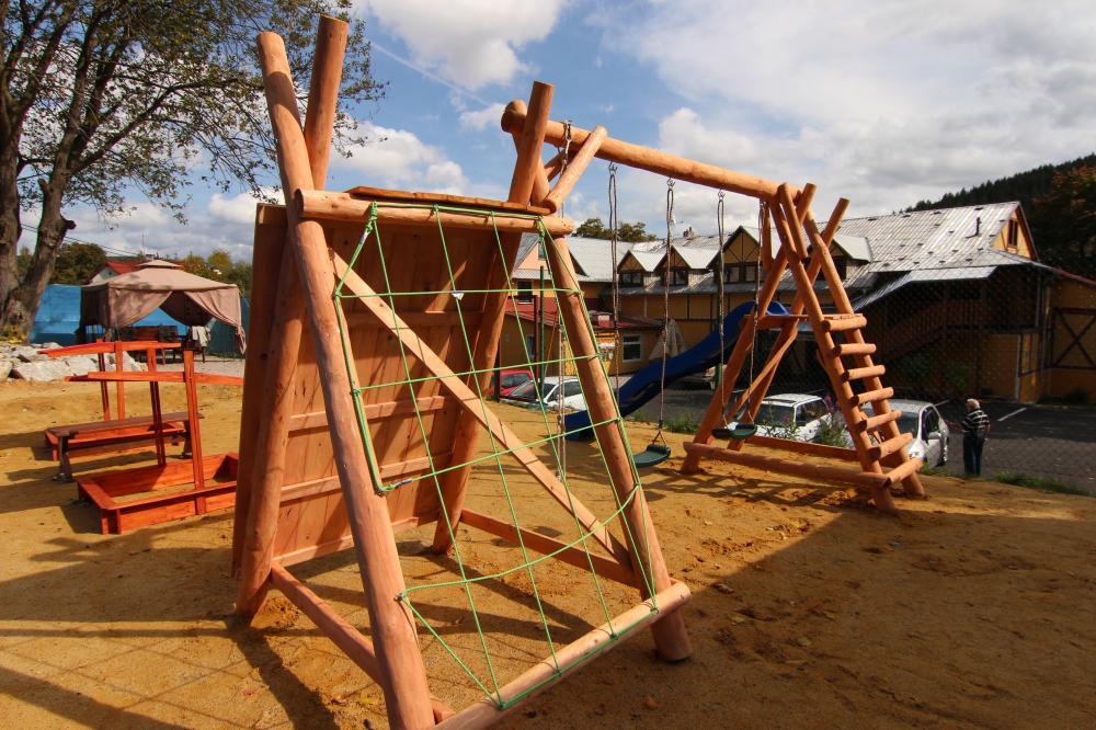 Dětské hřiště nad parkovištěm