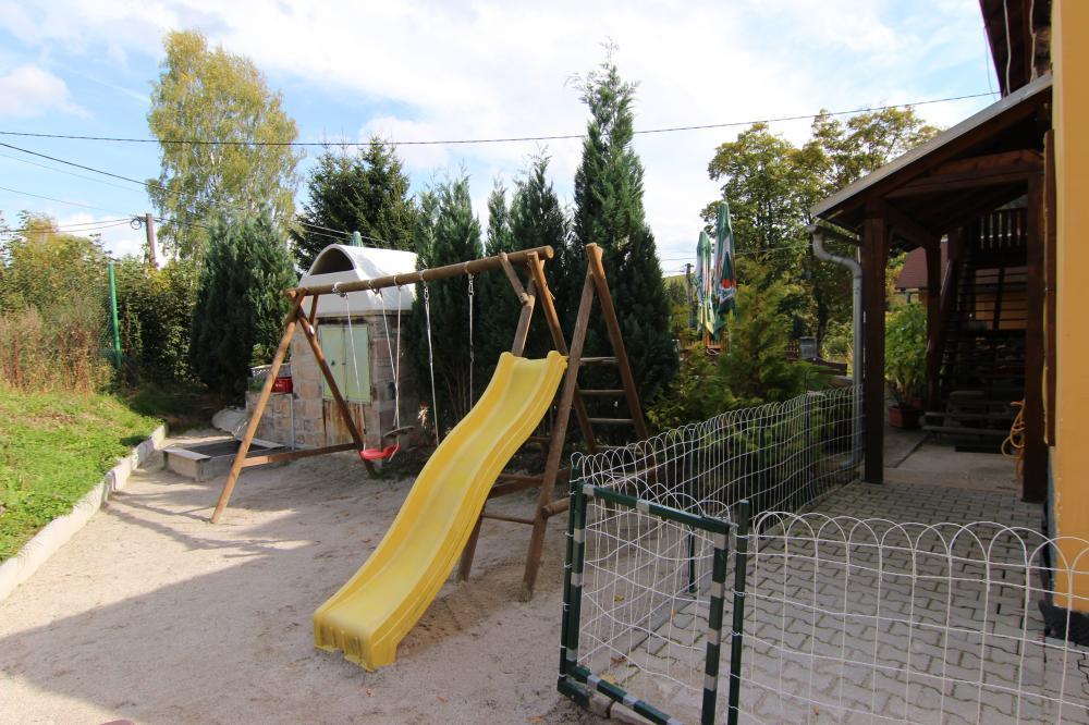Dětské hřiště u terasy