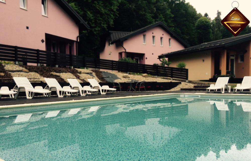 Vonkajší vyhrievaný bazén s proti prúdom, masážnymi tryskami a lehátkami