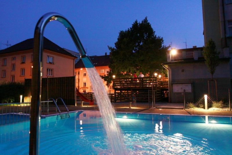 bazén v zahradě hotelu