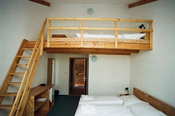 Pokoj s kuchyňkou má dvě lůžka v patře.
