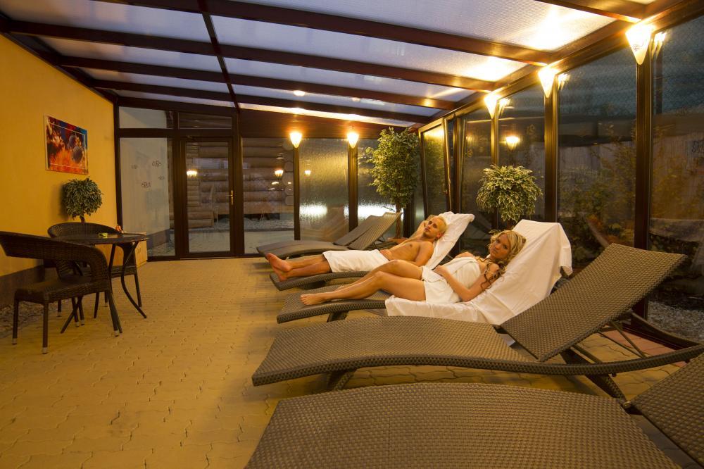 relaxační zóna ve wellness u sauny z kanadského srubu