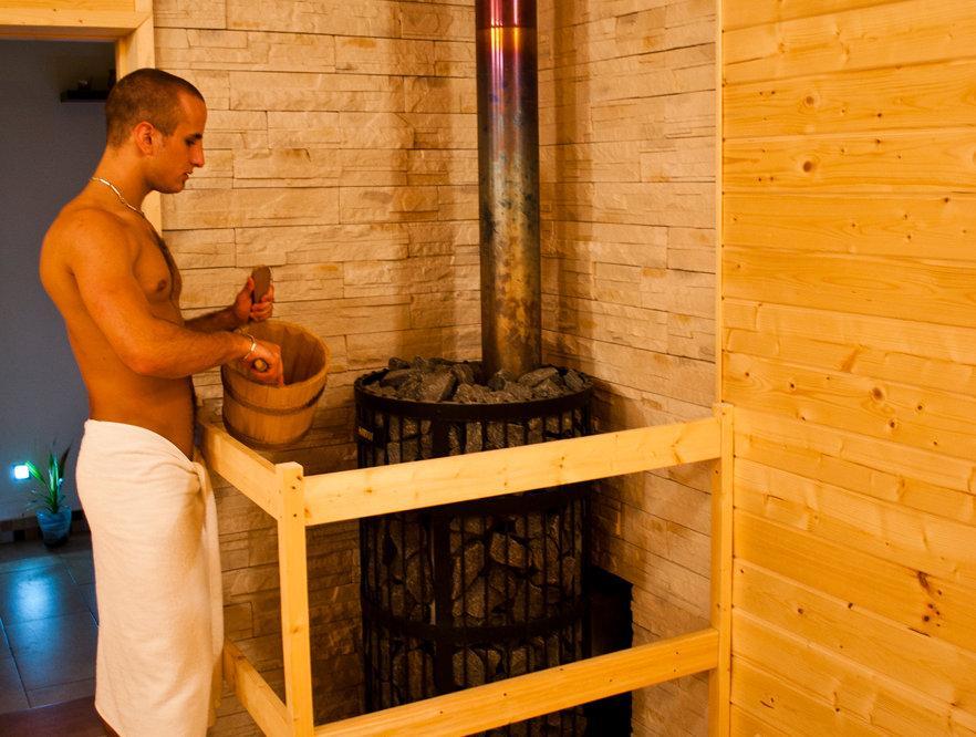 polívání kamen v sauně č.1