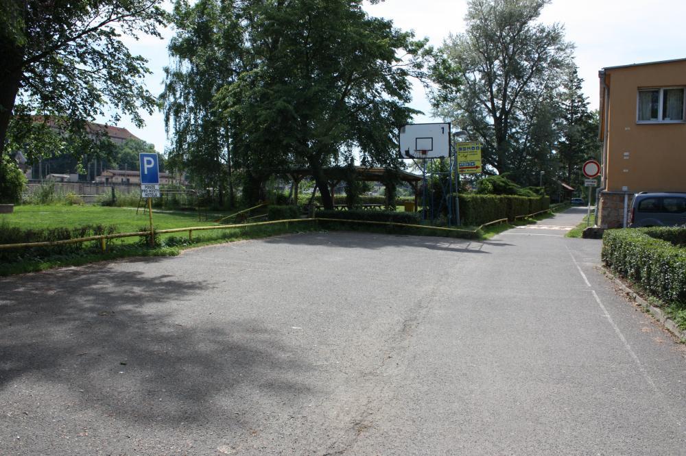 parkoviště před hotelem