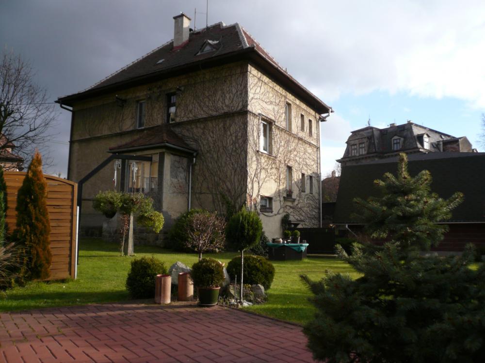 pohled na dům majitele bez listí před zimou