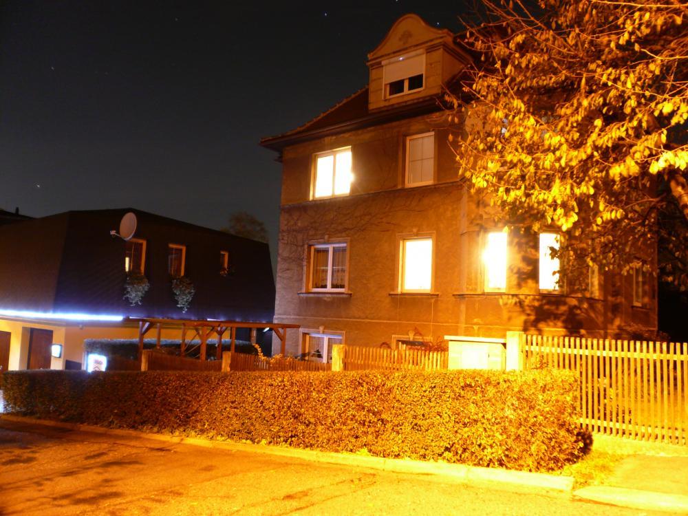 horní noční pohled z ulice