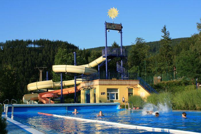Venkovní bazén s tobogánem