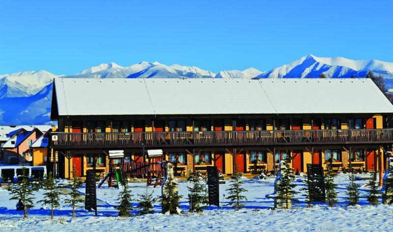 Okolní horská scenérie je úžasná v létě i v zimě.