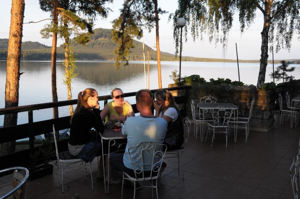 Terasa v restauraci s výhledem na jezero