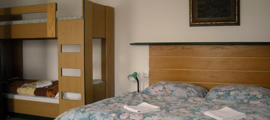 Čtyřlůžkový pokoj s manželskou postelí, palandou a balkonem