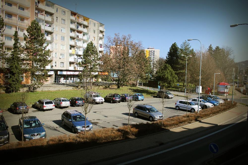 Veřejné parkoviště se nachází přes silnici naproti hotelu. Pro hotelové hosty je zde parkování zdarma.