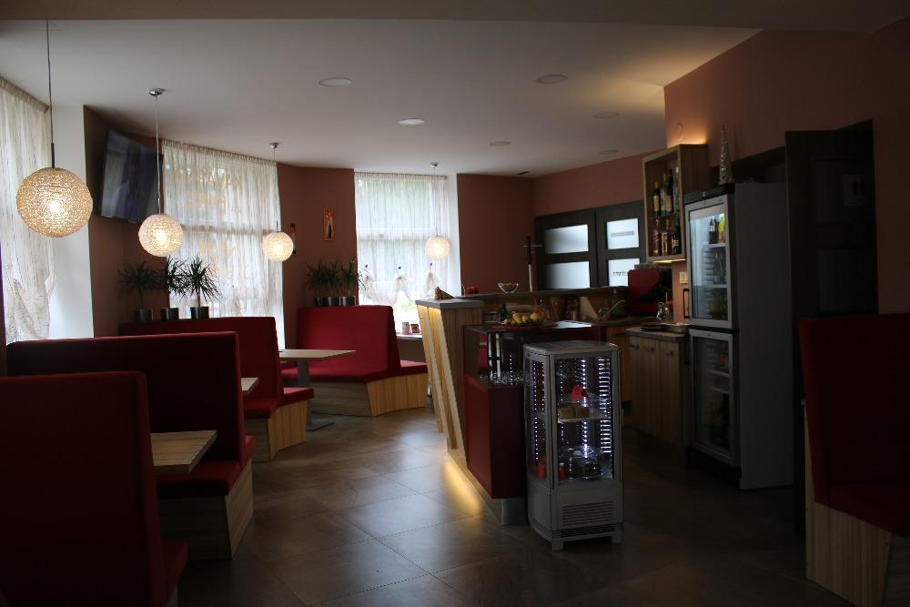 Vnitřní prostory kavárny.