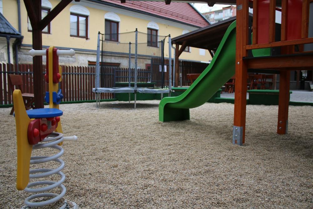 Venkovní dětské hřiště.