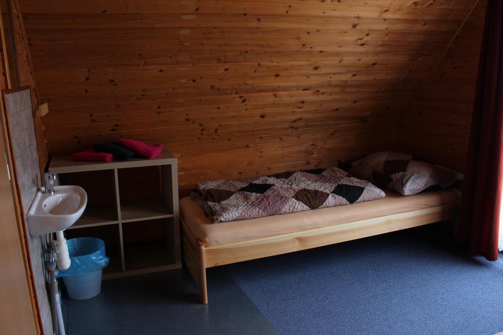 Single postel v třílůžkovém pokoji