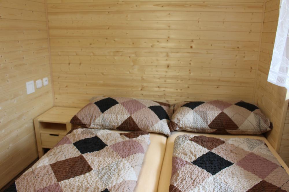 Manželská postel v dvoulůžkovém pokoji