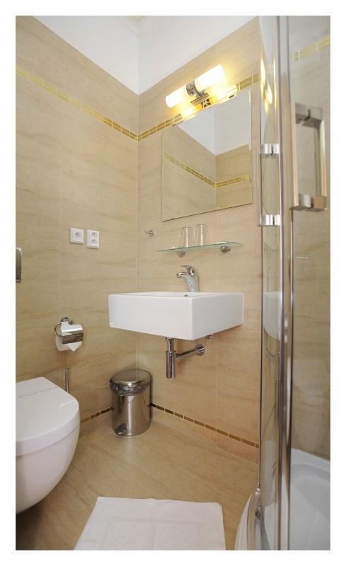 Koupelna dvoulůžkového pokoje standardního i dvoulůžkového pokoje malého