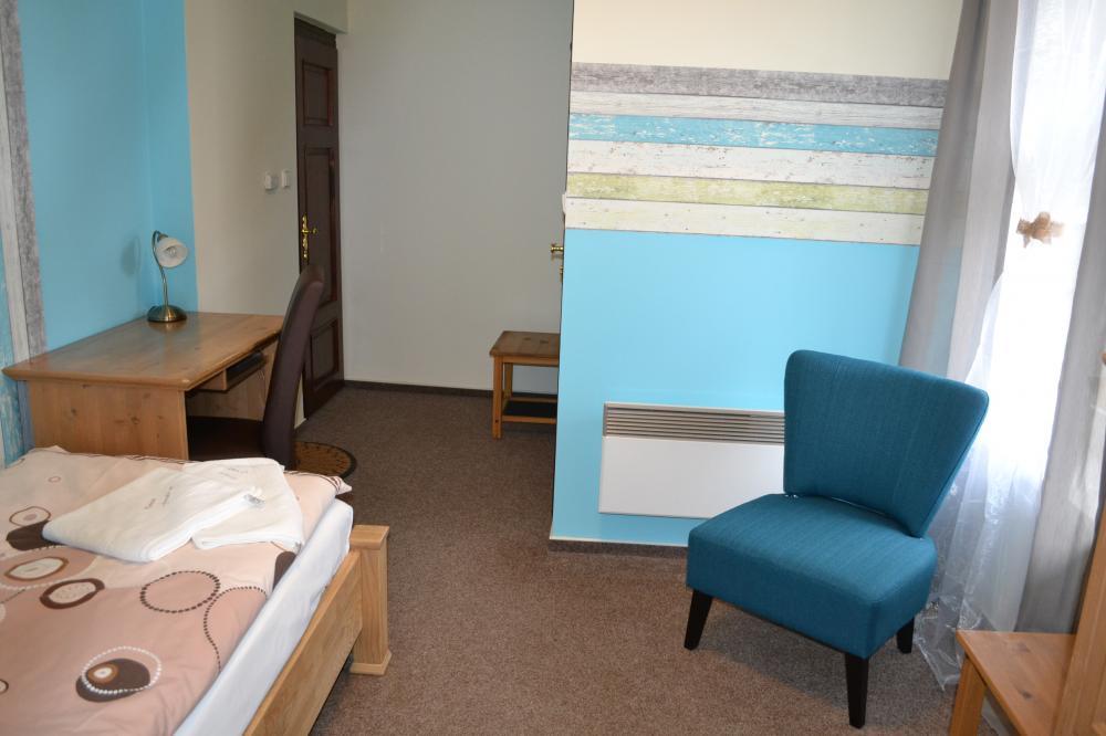 posezení a psací stůl v pokoji č.1 v patře