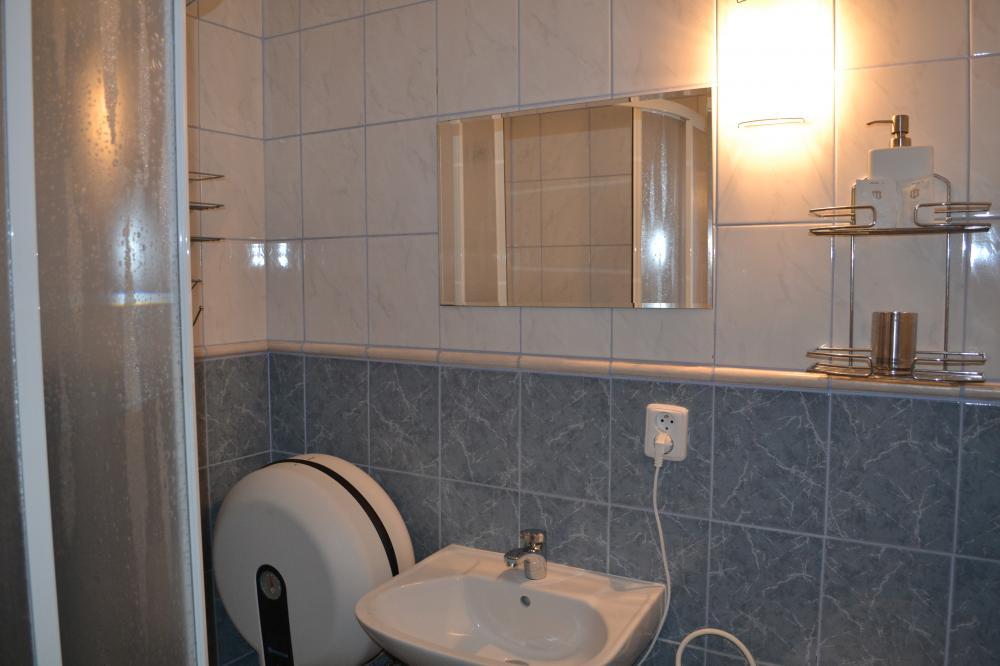 koupelna s toaletou v pokoji č.1 v patře