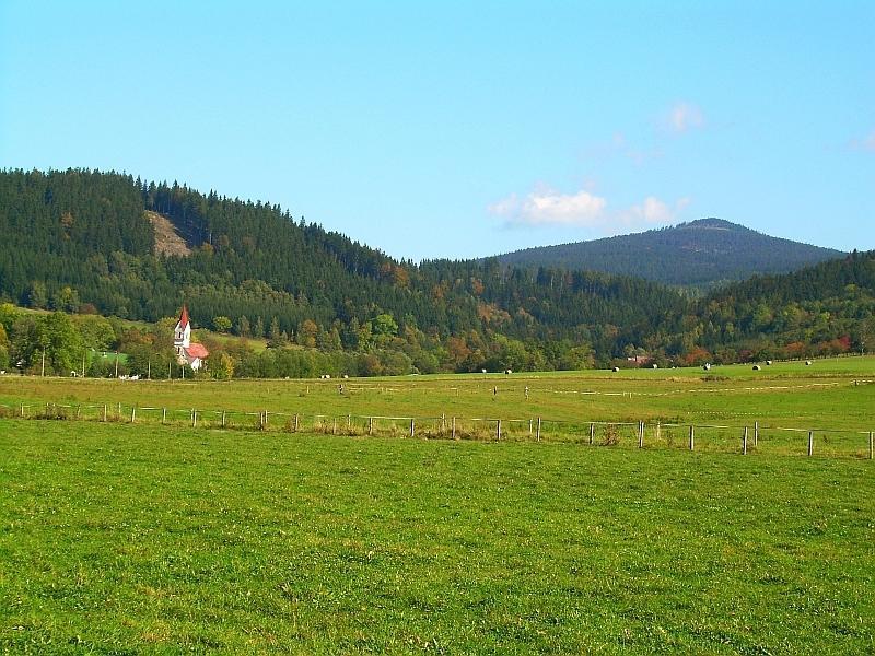 Obec Heřmanice, v pozadí Klepý (Klepáč, Wierch Trojmórski) 1 144m n.m.