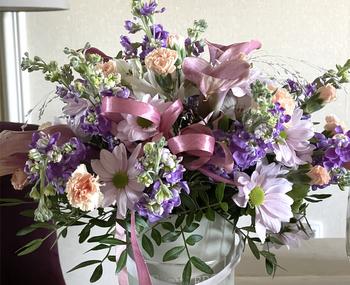 Romantischer Aufenthalt mit Blumenkasten für eine Dame