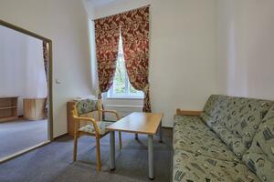 Dvoulůžkový pokoj s manželskou postelí a přistýlkou (západní část budovy, první patro)