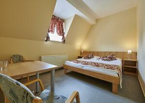 Dvoulůžkový pokoj s manželskou postelí (východní část budovy, druhé patro)