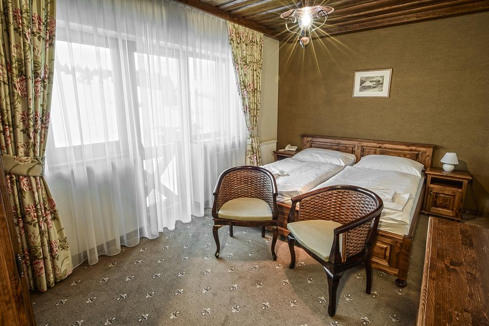 Double room with a double bed and a separate single bed
