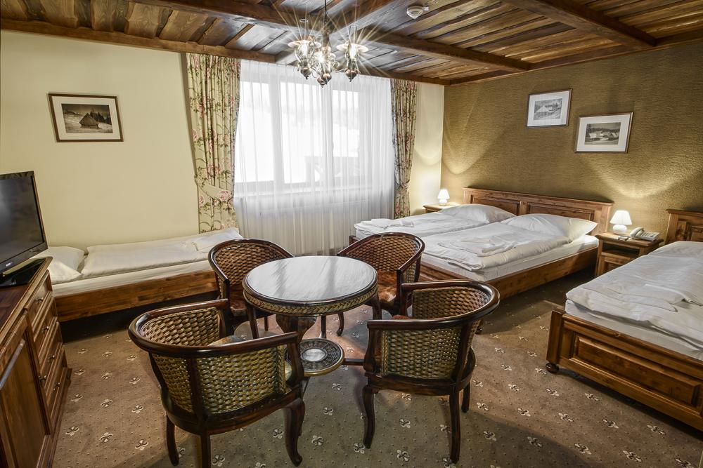 Double room with a double bed and two separate single beds