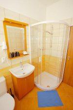 Dvoulůžkový pokoj vybavený TV, lednicí, vlastní koupelnou s fénem - Hotel ADEBA