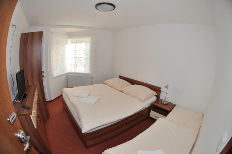 Třílůžkový pokoj - manželská postel + lůžko