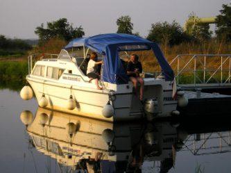 Viking 800 zastavil na přístavním můstku v plavebním kanále poblíž Lužce nad Vltavou - SP Praha s.r.o.