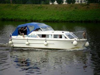 Viking 800 po zdolání plavební komory Praha Podbaba najíždí do plavebního kanálu  - SP Praha s.r.o.