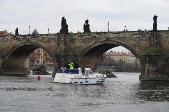 Tarpon 37N podplouvá Karlův Most - SP Praha s.r.o.