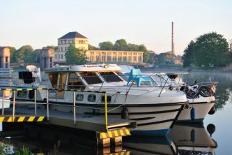 Tarpon 37N čeká na proplavení plavební komorou - SP Praha s.r.o.