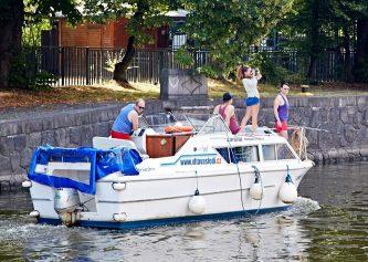 Viking 800 s nadšenou posádkou v plavební komoře Praha Smíchov v samém centru města...  - SP Praha s.r.o.