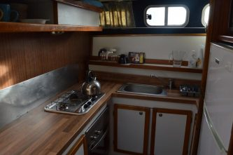 Kuchyňka v plavidle Tarpon 42 je velice prostorná - SP Praha s.r.o.