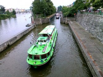 V případě pronájmu plavidla budete účastníky ostrého lodního provozu s plnou odpovědností za životy i zdraví posádky, jakožto i za případné hmotné škody na lodi - SP Praha s.r.o.