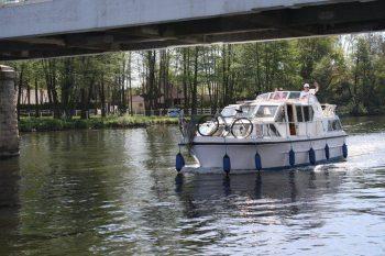 Viking 1000 podjíždí silniční most na středním Labi - SP Praha s.r.o.