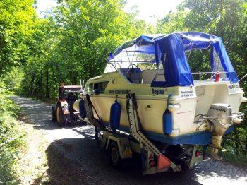 Viking 800 je jediným plavidlem naší flotily, které může pomocí traktoru překonat hráz Slapské přehrady a pokračovat dále po Vltavské kaskádě... - SP Praha s.r.o.