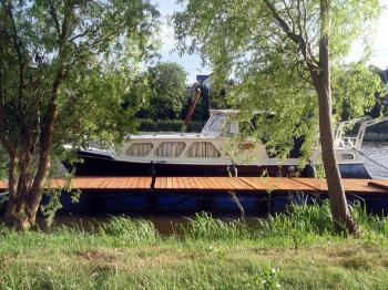 Obytná motorová loď Escape pro 4-6 osob - SP Praha s.r.o.
